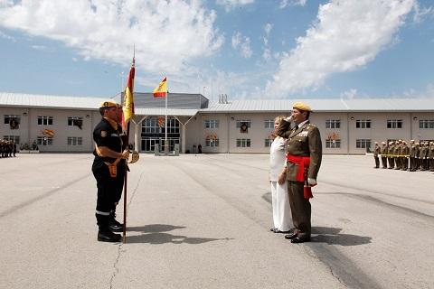 Emotiva despedida del teniente general Cesar Muro de la Enseña Nacional acompañado de su esposa